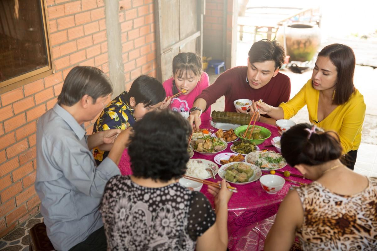 Việt Nam tươi đẹp: Ái Phương, Chí Thiện cùng bé Bảo An, Thụy Bình trải nghiệm Tết phương Nam - Ảnh 9.