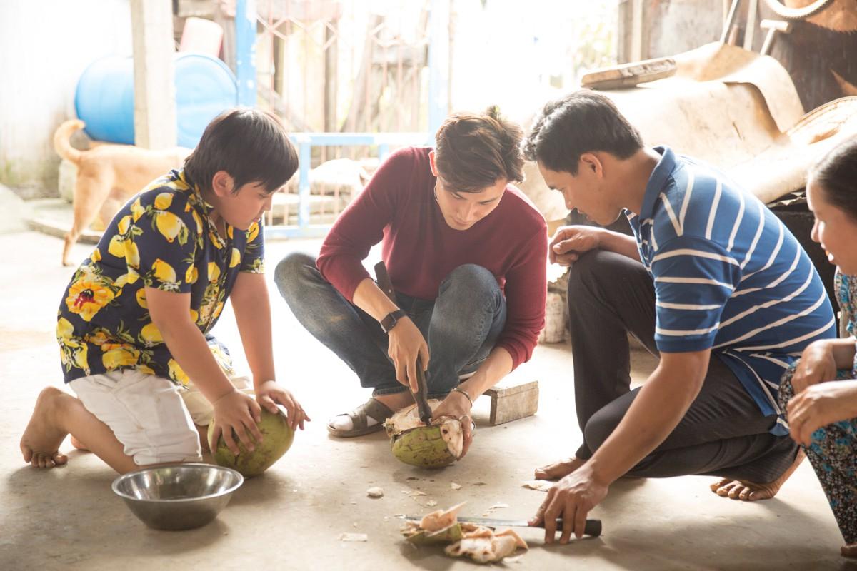 Việt Nam tươi đẹp: Ái Phương, Chí Thiện cùng bé Bảo An, Thụy Bình trải nghiệm Tết phương Nam - Ảnh 6.