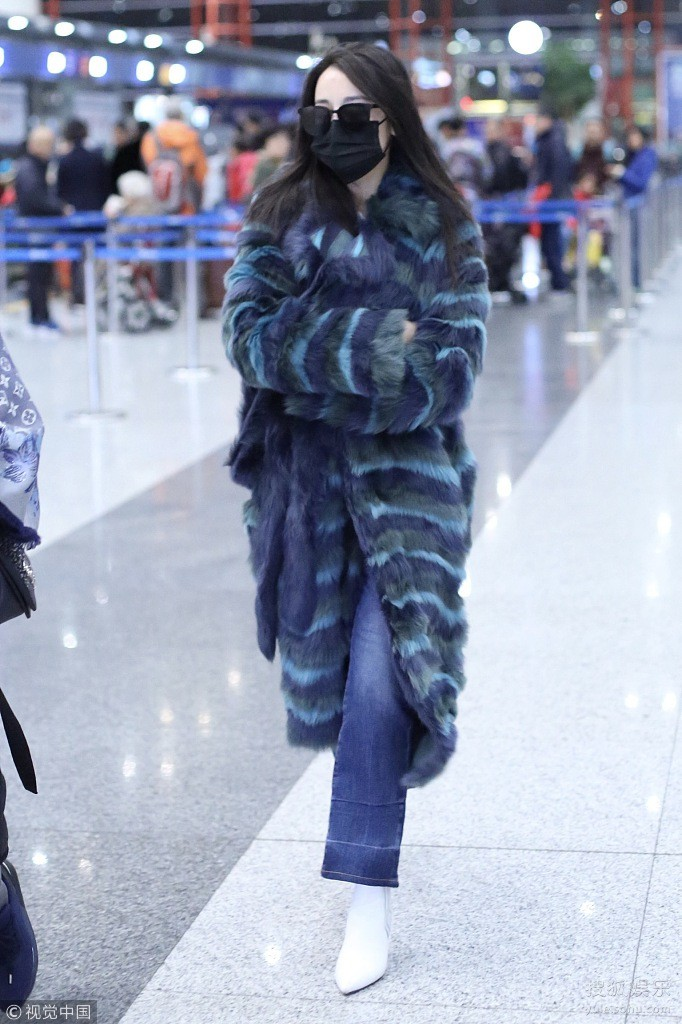 Chỉ ra sân bay, Địch Lệ Nhiệt Ba cũng mạnh tay sắm hẳn áo lông gần 400 triệu đồng - Ảnh 1.