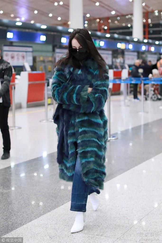 Chỉ ra sân bay, Địch Lệ Nhiệt Ba cũng mạnh tay sắm hẳn áo lông gần 400 triệu đồng - Ảnh 2.