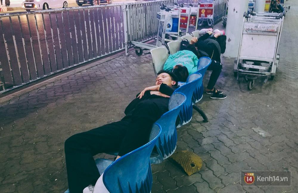 Khổ như đi máy bay Tết: Hành khách nằm la liệt dưới sàn sân bay Tân Sơn Nhất suốt cả đêm để chờ đến giờ check in - Ảnh 4.