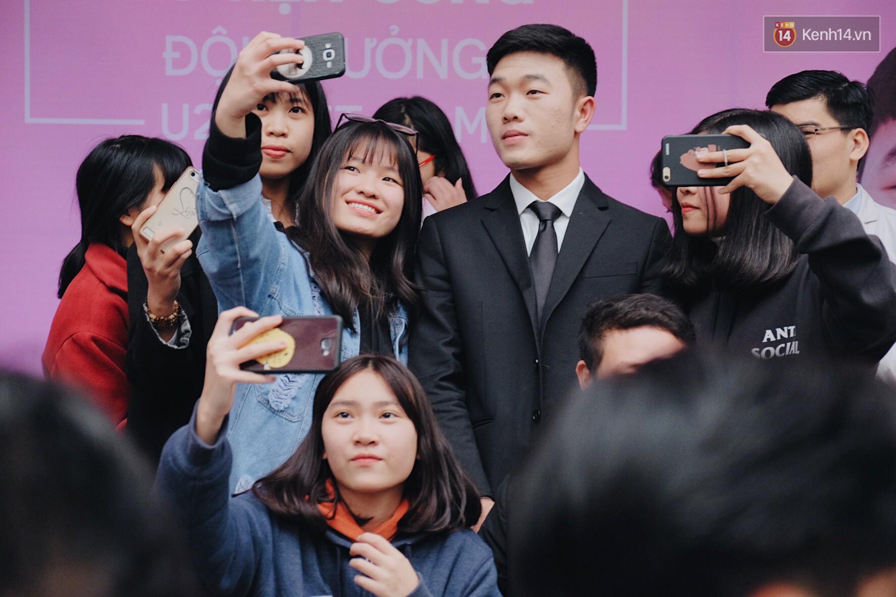 Xuân Trường đẹp trai như idol Hàn, bị fan vây kín khi tham gia sự kiện - Ảnh 2.