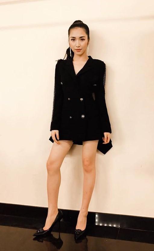Cùng diện chung mẫu vest cá tính: trong khi Kỳ Duyên kín như bưng, Hòa Minzy lại khoe chân thon dài - Ảnh 3.