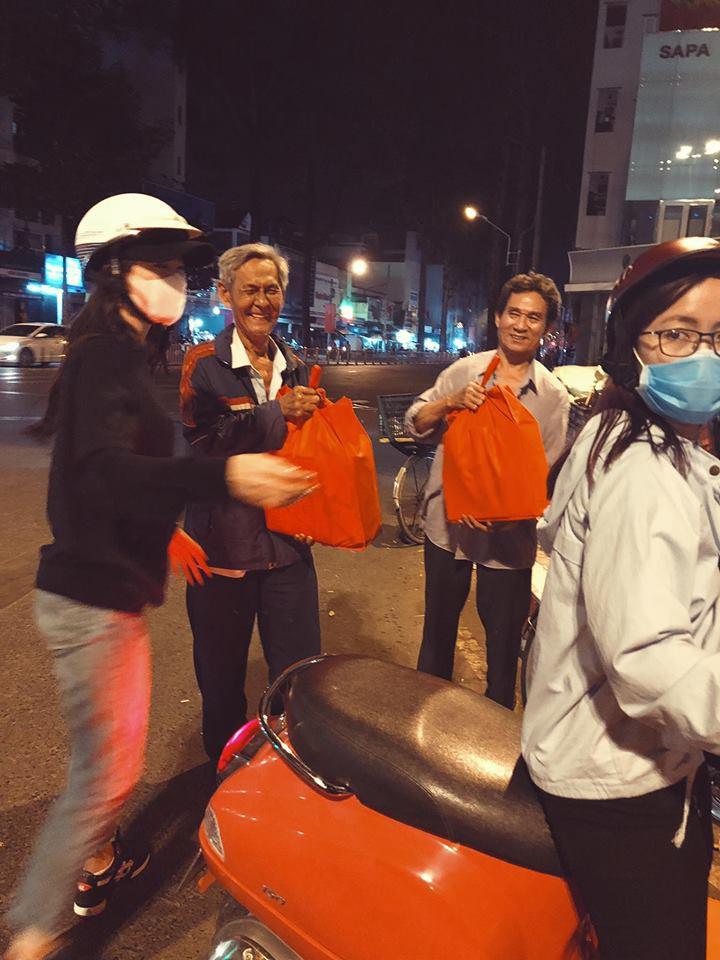 Đông Nhi giản dị đi trao quà cho người vô gia cư giữa đêm, san sẻ yêu thương những ngày giáp Tết - Ảnh 3.
