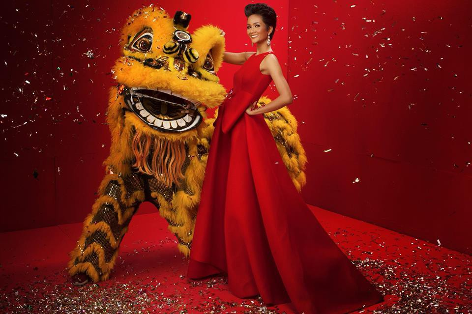 Top 3 Hoa hậu Hoàn vũ Việt Nam diện trang phục đỏ rực, khoe nhan sắc rạng rỡ trước thềm năm mới - Ảnh 1.