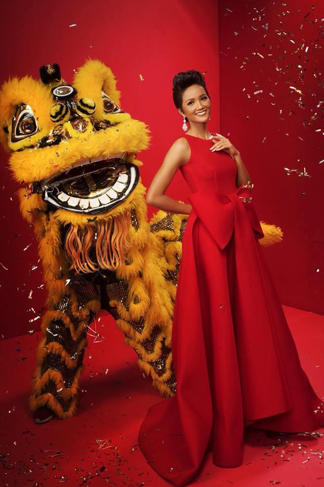 Top 3 Hoa hậu Hoàn vũ Việt Nam 2017 diện trang phục đỏ rực, khoe nhan sắc rạng rỡ trước thềm năm mới - Ảnh 2.