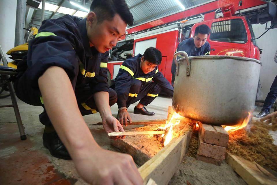 Không phải xông pha trấn áp giặc lửa, các chiến sĩ PCCC cùng nhau quây quần bên nồi bánh chưng thơm đậm vị Tết - Ảnh 7.