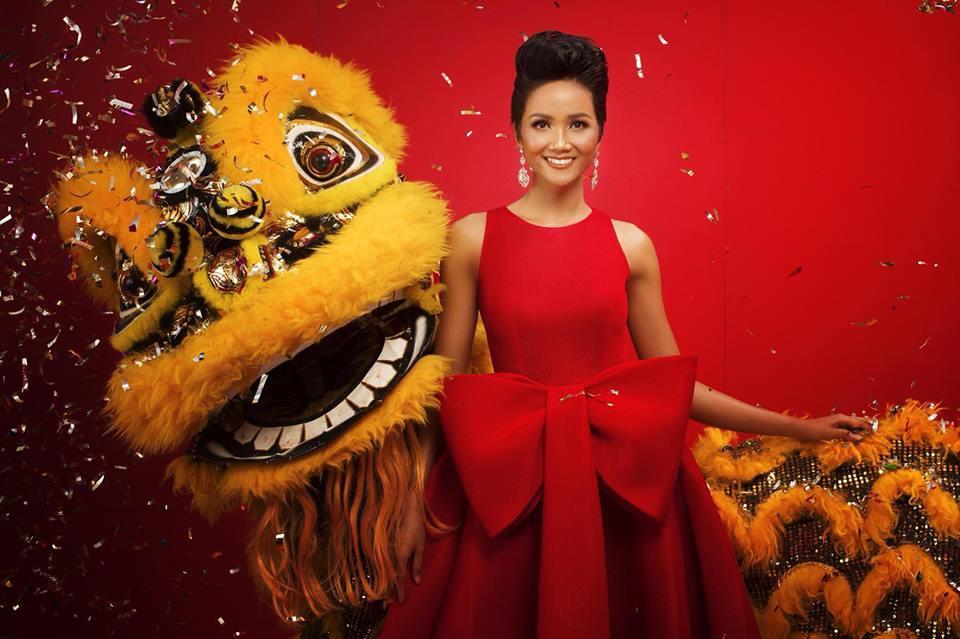 Top 3 Hoa hậu Hoàn vũ Việt Nam 2017 diện trang phục đỏ rực, khoe nhan sắc rạng rỡ trước thềm năm mới - Ảnh 3.