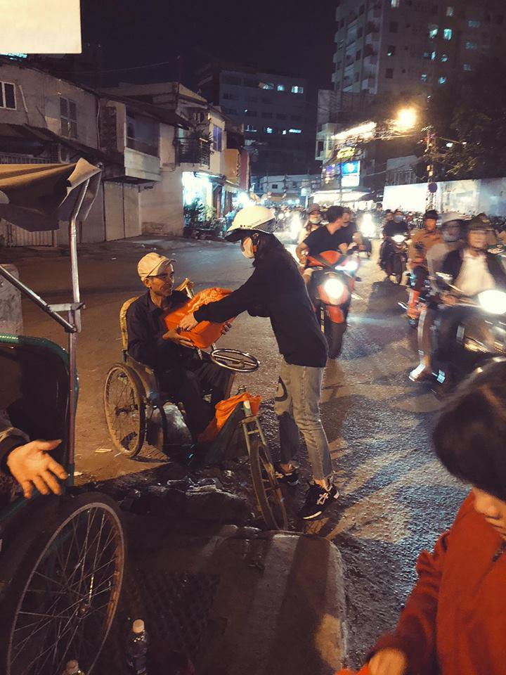 Đông Nhi giản dị đi trao quà cho người vô gia cư giữa đêm, san sẻ yêu thương những ngày giáp Tết - Ảnh 1.