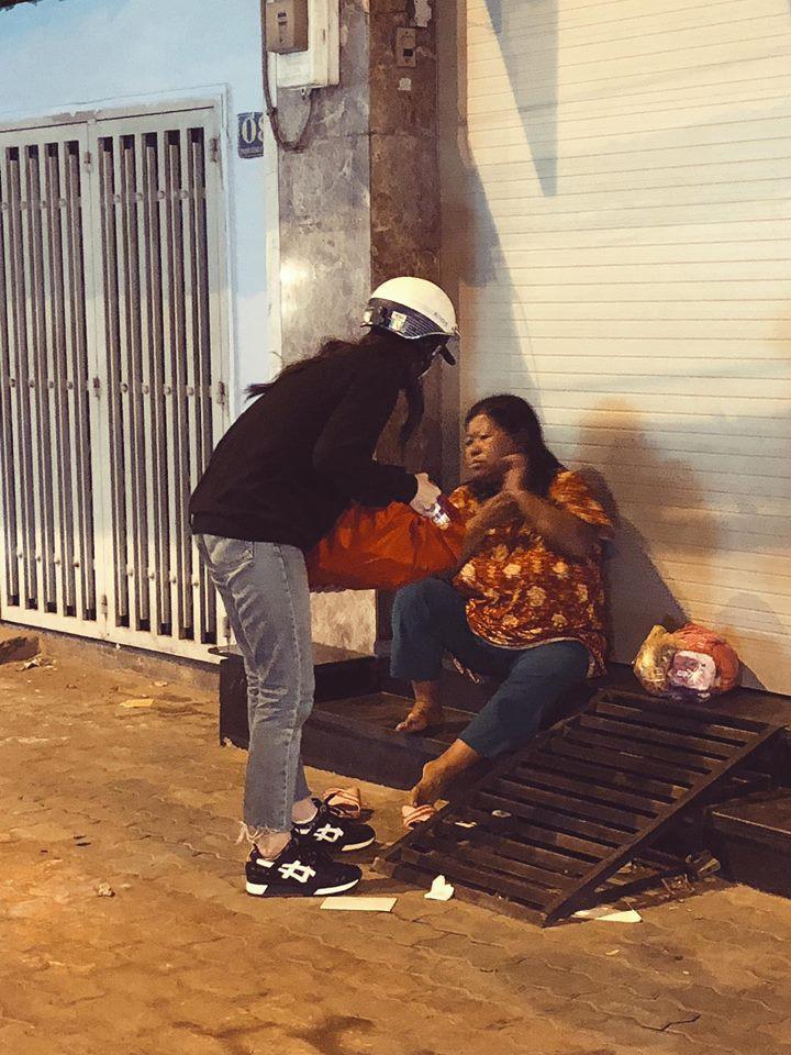 Đông Nhi giản dị đi trao quà cho người vô gia cư giữa đêm, san sẻ yêu thương những ngày giáp Tết - Ảnh 2.