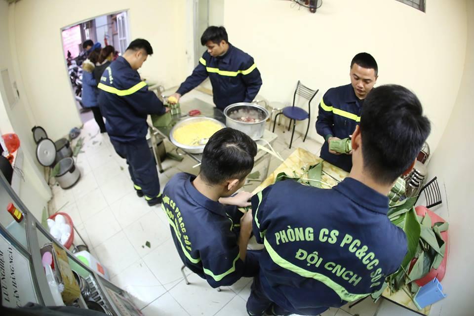 Không phải xông pha trấn áp giặc lửa, các chiến sĩ PCCC cùng nhau quây quần bên nồi bánh chưng thơm đậm vị Tết - Ảnh 4.