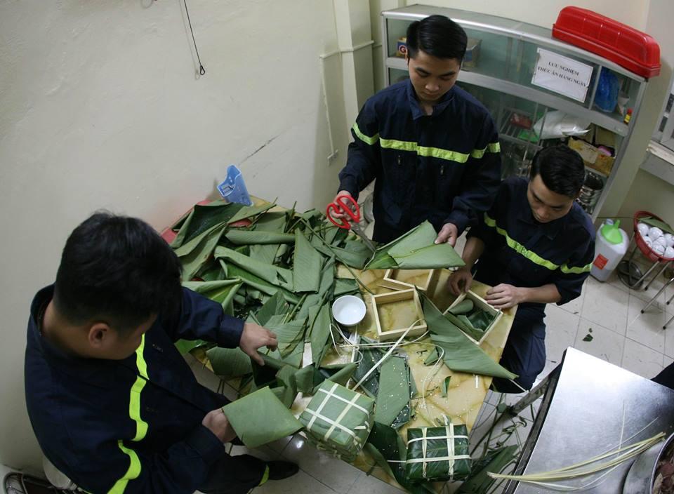 Không phải xông pha trấn áp giặc lửa, các chiến sĩ PCCC cùng nhau quây quần bên nồi bánh chưng thơm đậm vị Tết - Ảnh 2.