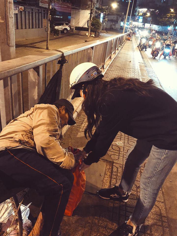 Đông Nhi giản dị đi trao quà cho người vô gia cư giữa đêm, san sẻ yêu thương những ngày giáp Tết - Ảnh 4.