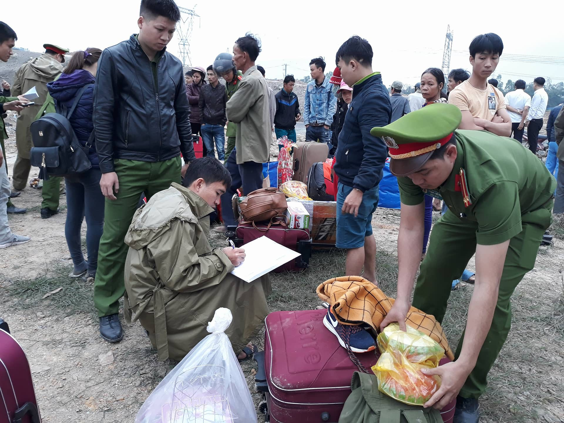 Chùm ảnh: Hiện trường vụ lật xe kinh hoàng ngày giáp Tết khiến 2 người chết, 11 người bị thương ở Đà Nẵng - Ảnh 8.