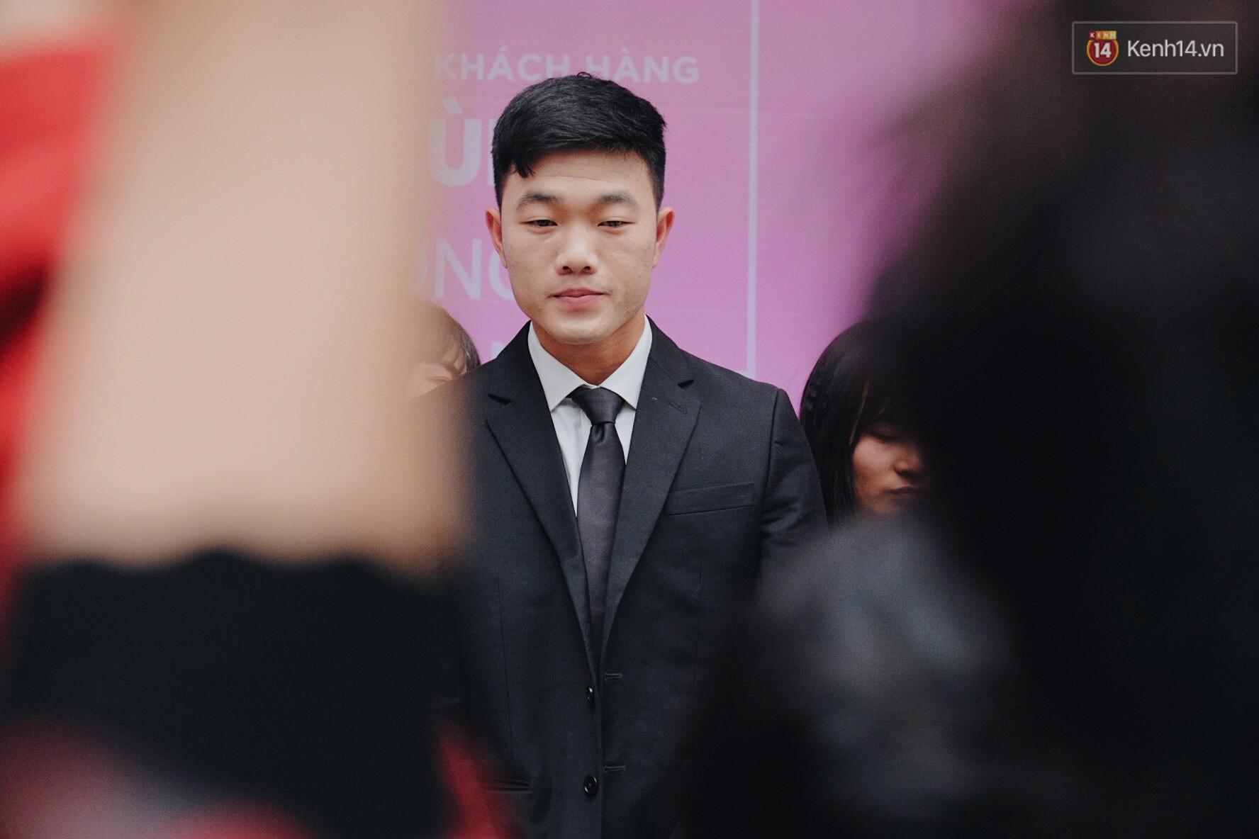 Xuân Trường đẹp trai như idol Hàn, bị fan vây kín khi tham gia sự kiện - Ảnh 3.