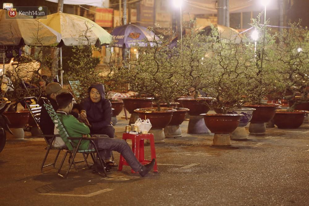 Chùm ảnh: Sợ mất trộm, nhiều gia đình tiểu thương dựng lều mắc võng, thay phiên nhau thức đêm để canh hoa Tết - Ảnh 6.