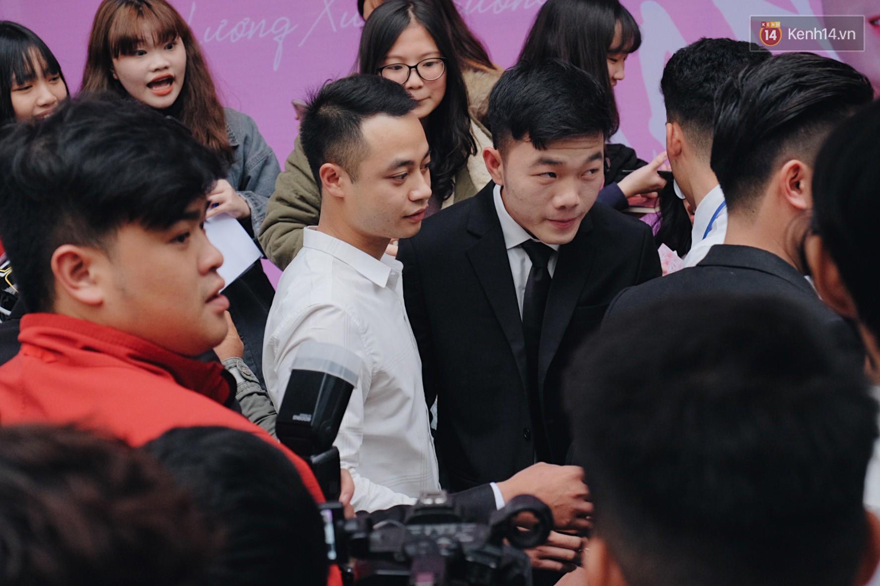 Xuân Trường đẹp trai như idol Hàn, bị fan vây kín khi tham gia sự kiện - Ảnh 8.
