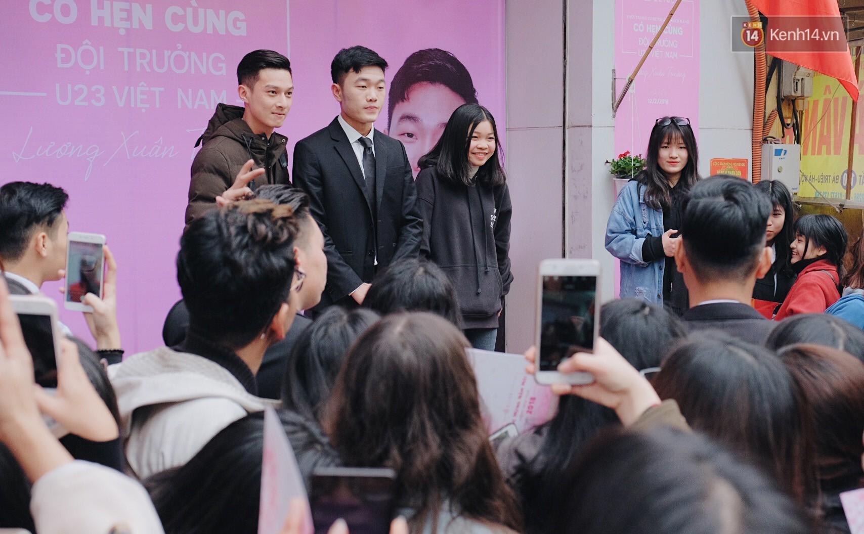 Xuân Trường đẹp trai như idol Hàn, bị fan vây kín khi tham gia sự kiện - Ảnh 7.