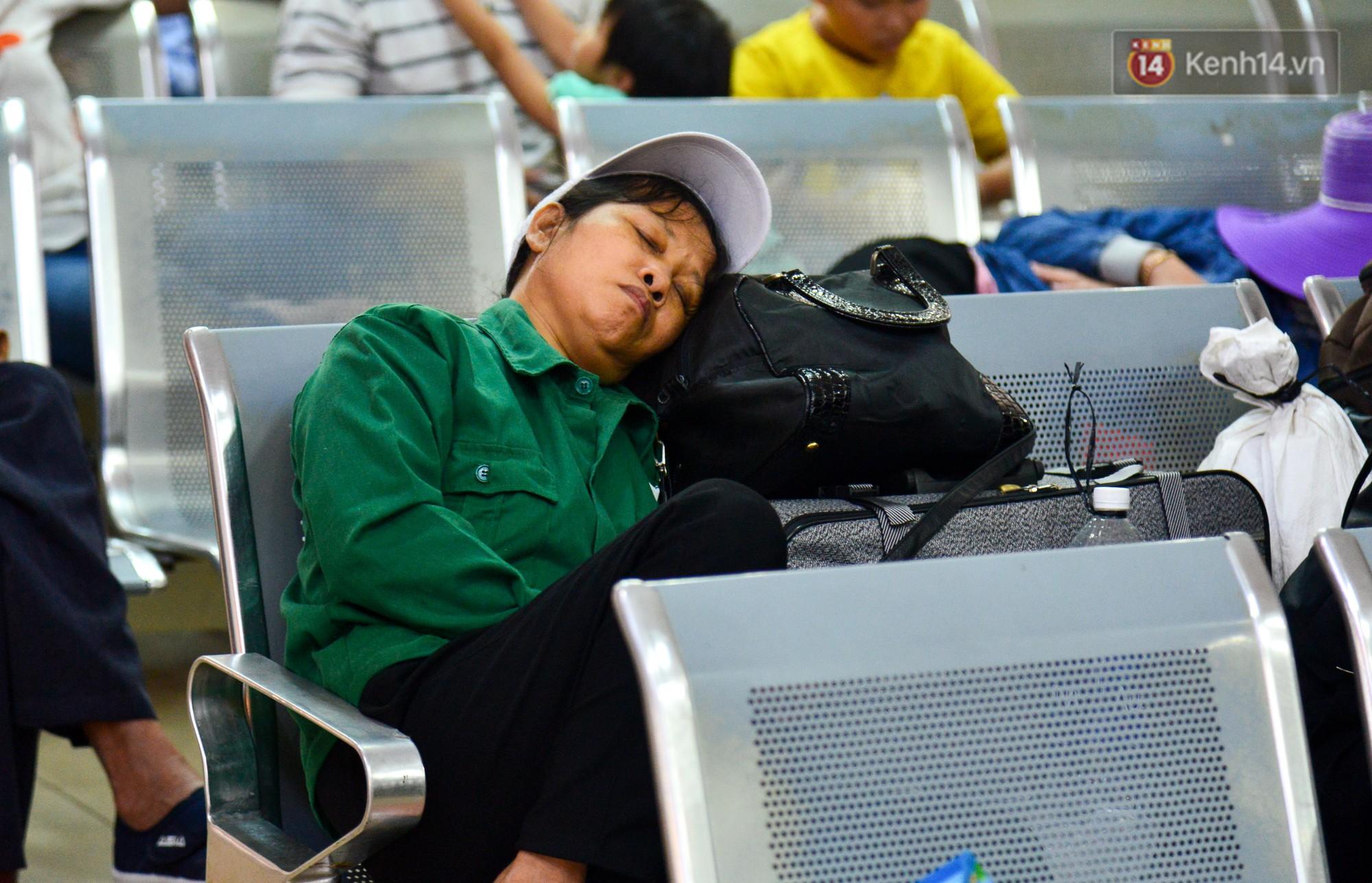Chùm ảnh: Những giấc ngủ gà gật của người dân chờ xe về quê nghỉ Tết khiến nhiều người nhìn thôi cũng thấy mệt - Ảnh 4.