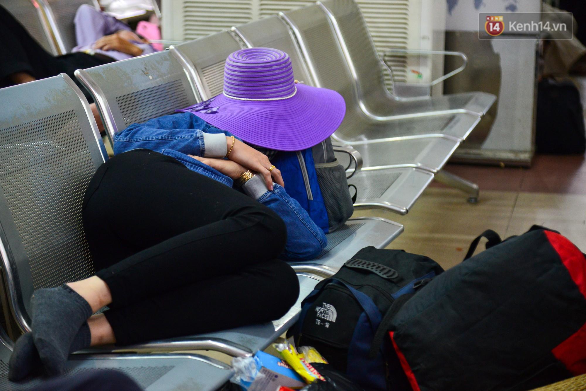 Chùm ảnh: Những giấc ngủ gà gật của người dân chờ xe về quê nghỉ Tết khiến nhiều người nhìn thôi cũng thấy mệt - Ảnh 5.