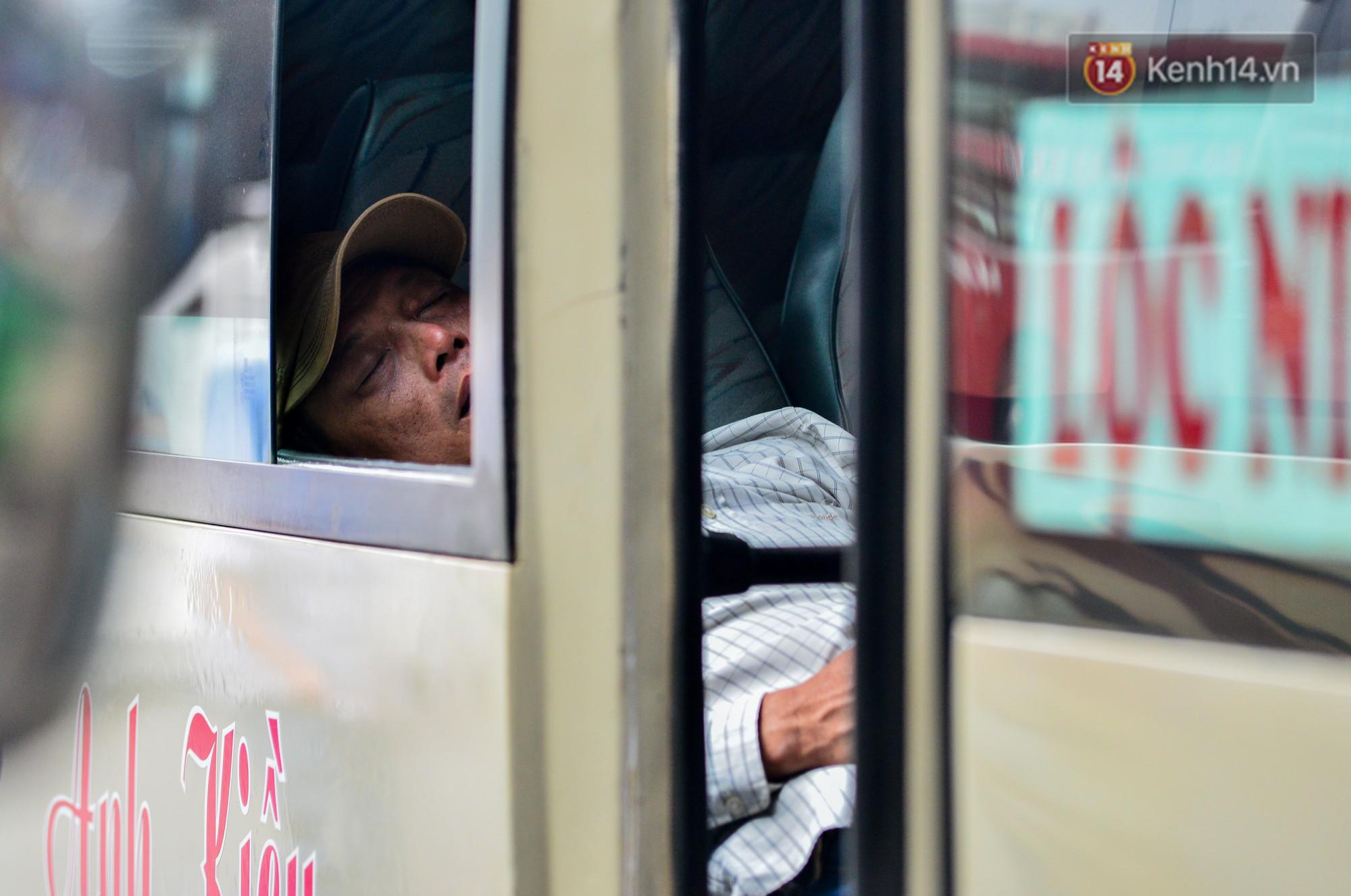 Chùm ảnh: Những giấc ngủ gà gật của người dân chờ xe về quê nghỉ Tết khiến nhiều người nhìn thôi cũng thấy mệt - Ảnh 3.