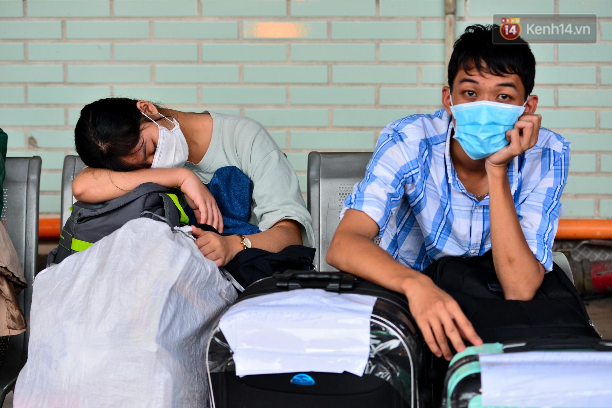 Chùm ảnh: Những giấc ngủ gà gật của người dân chờ xe về quê nghỉ Tết khiến nhiều người nhìn thôi cũng thấy mệt - Ảnh 12.
