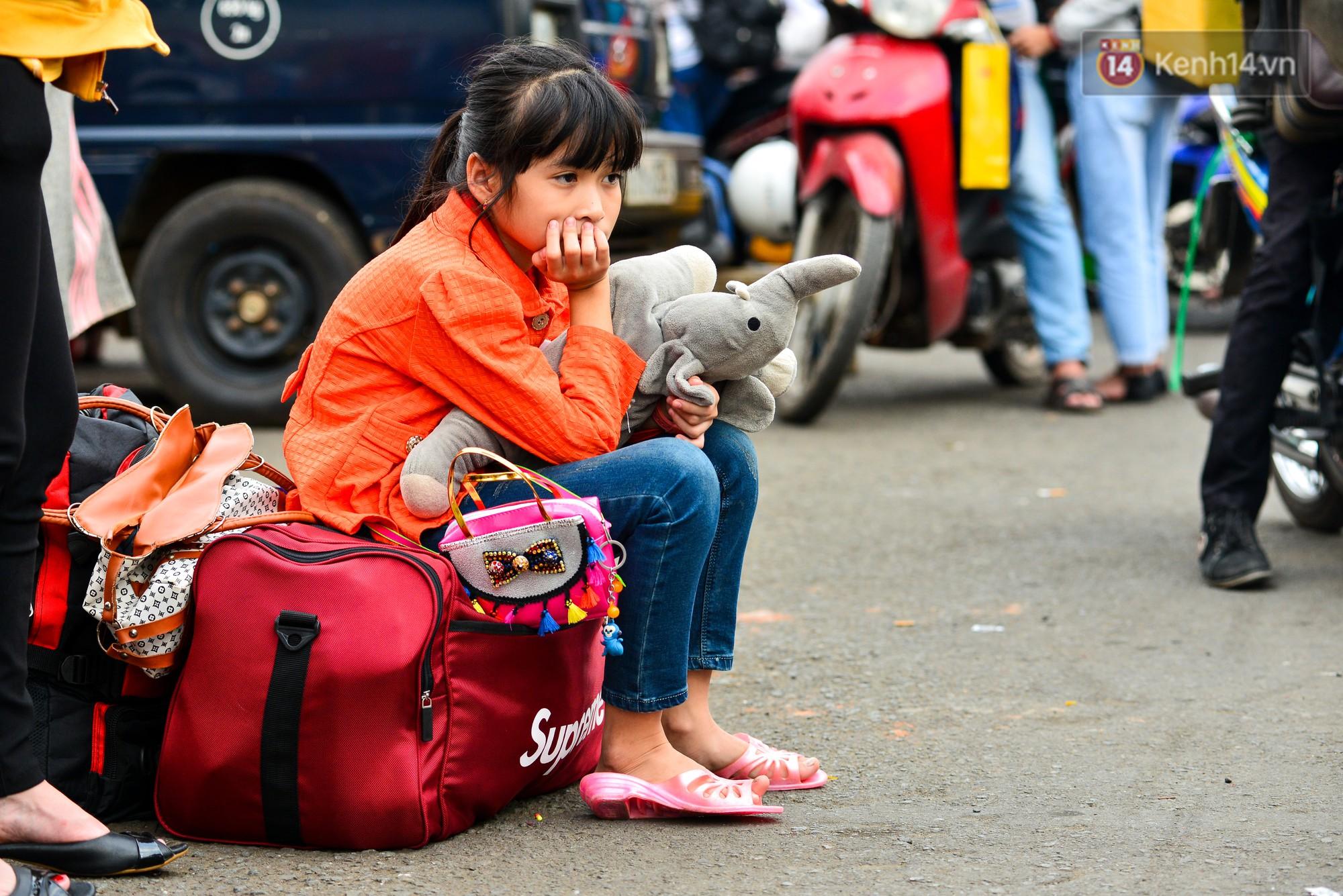 Chùm ảnh: Những giấc ngủ gà gật của người dân chờ xe về quê nghỉ Tết khiến nhiều người nhìn thôi cũng thấy mệt - Ảnh 13.
