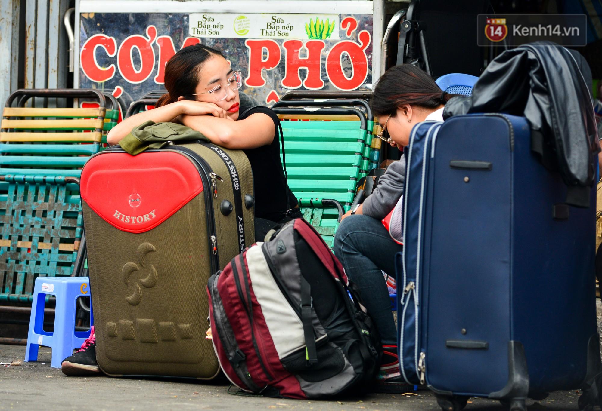 Chùm ảnh: Những giấc ngủ gà gật của người dân chờ xe về quê nghỉ Tết khiến nhiều người nhìn thôi cũng thấy mệt - Ảnh 14.