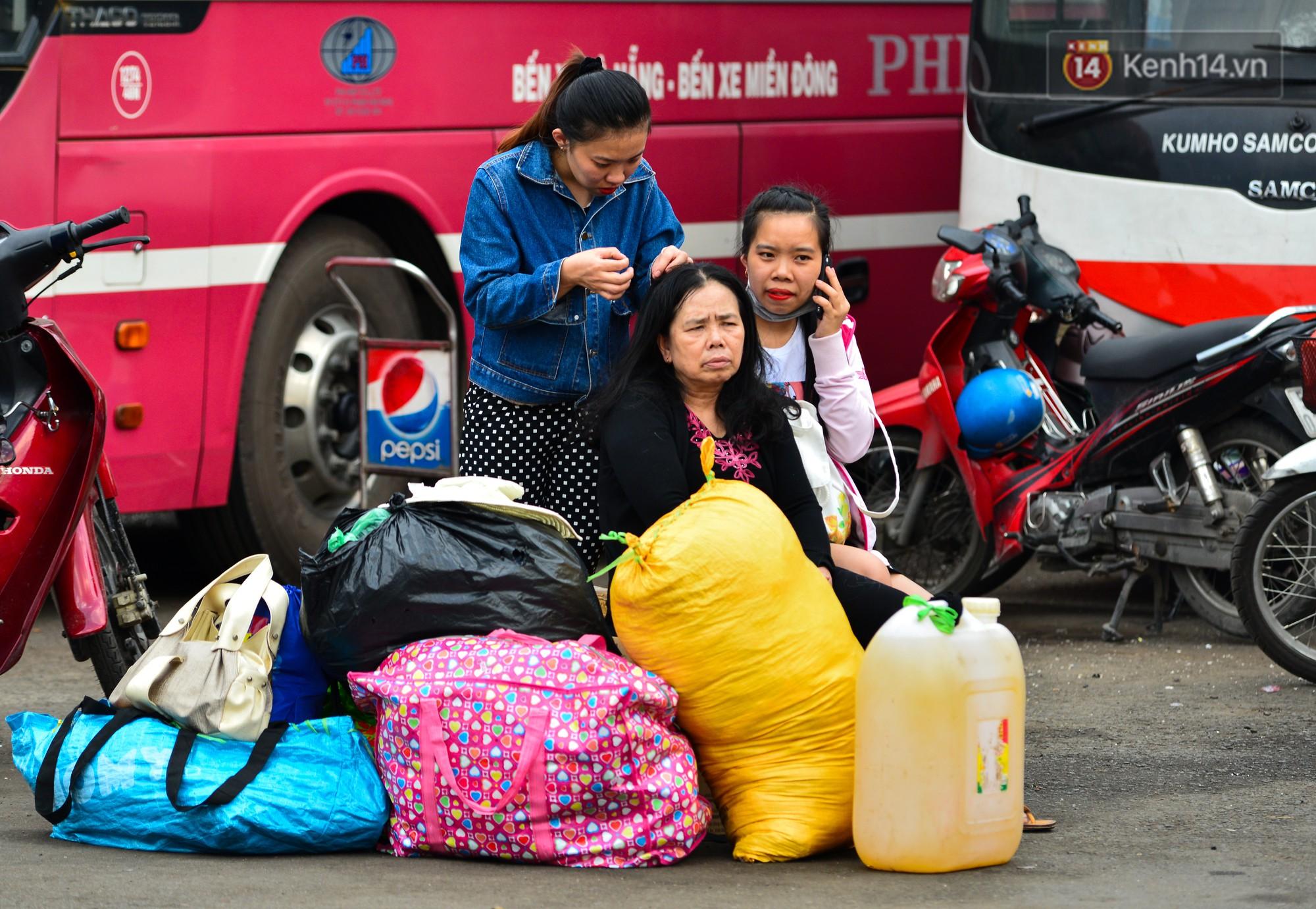 Chùm ảnh: Những giấc ngủ gà gật của người dân chờ xe về quê nghỉ Tết khiến nhiều người nhìn thôi cũng thấy mệt - Ảnh 16.