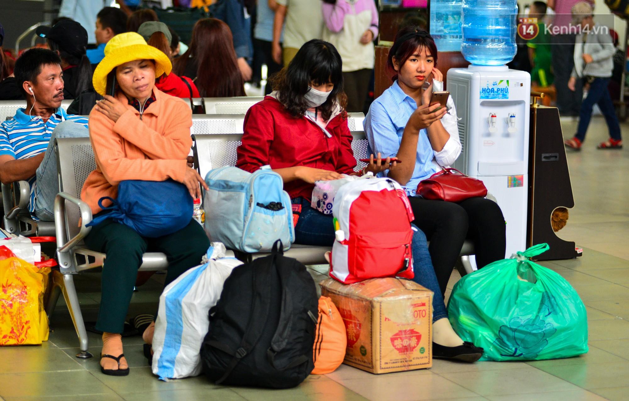 Chùm ảnh: Những giấc ngủ gà gật của người dân chờ xe về quê nghỉ Tết khiến nhiều người nhìn thôi cũng thấy mệt - Ảnh 2.