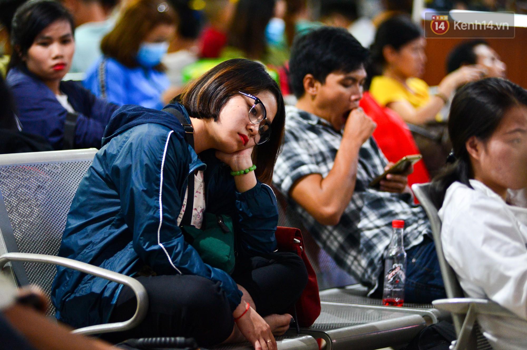 Chùm ảnh: Những giấc ngủ gà gật của người dân chờ xe về quê nghỉ Tết khiến nhiều người nhìn thôi cũng thấy mệt - Ảnh 20.