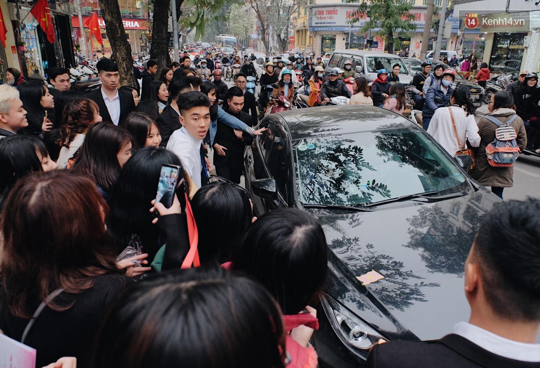 Xuân Trường đẹp trai như idol Hàn, bị fan vây kín khi tham gia sự kiện - Ảnh 10.