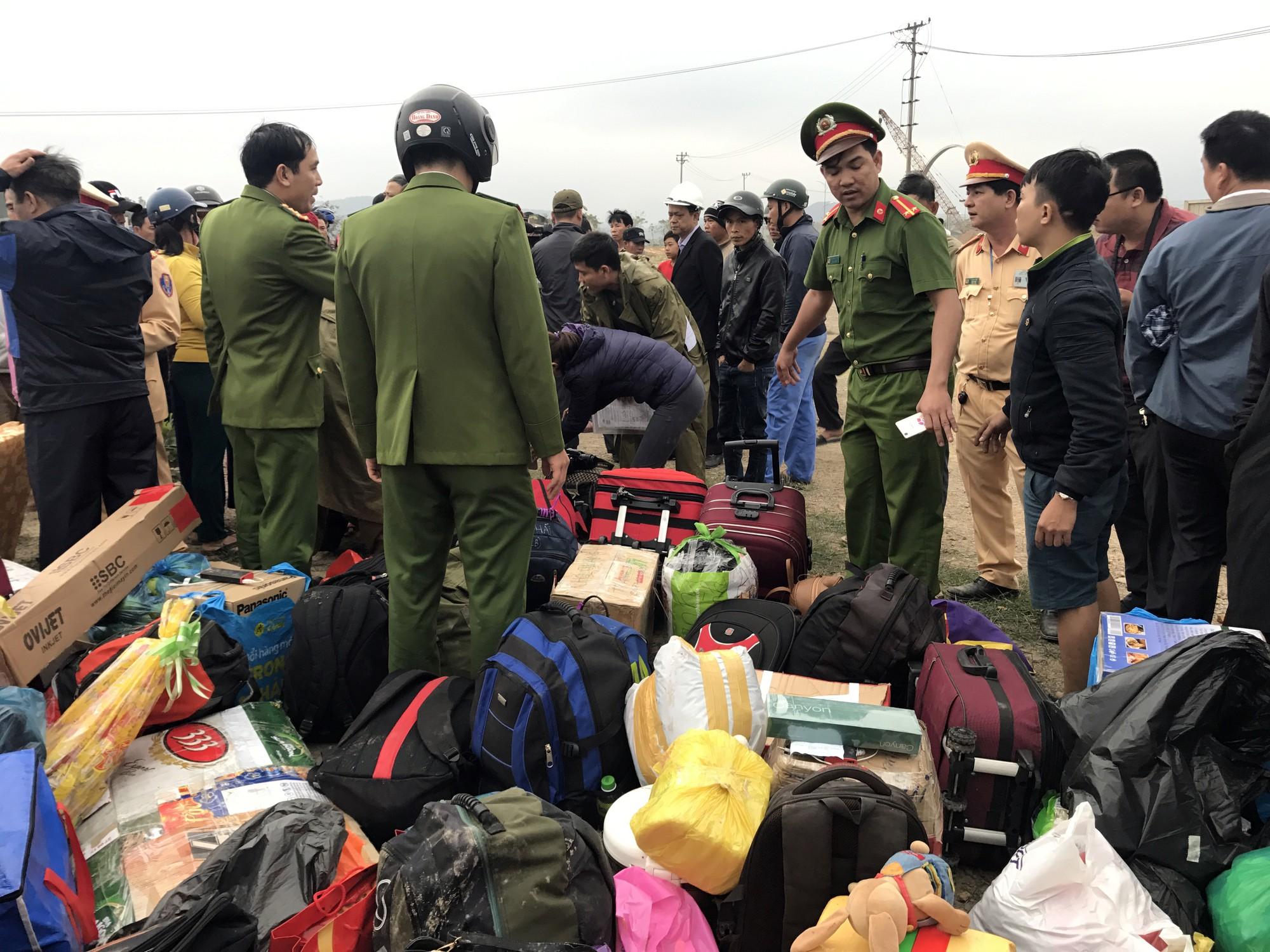 Chùm ảnh: Hiện trường vụ lật xe kinh hoàng ngày giáp Tết khiến 2 người chết, 11 người bị thương ở Đà Nẵng - Ảnh 7.