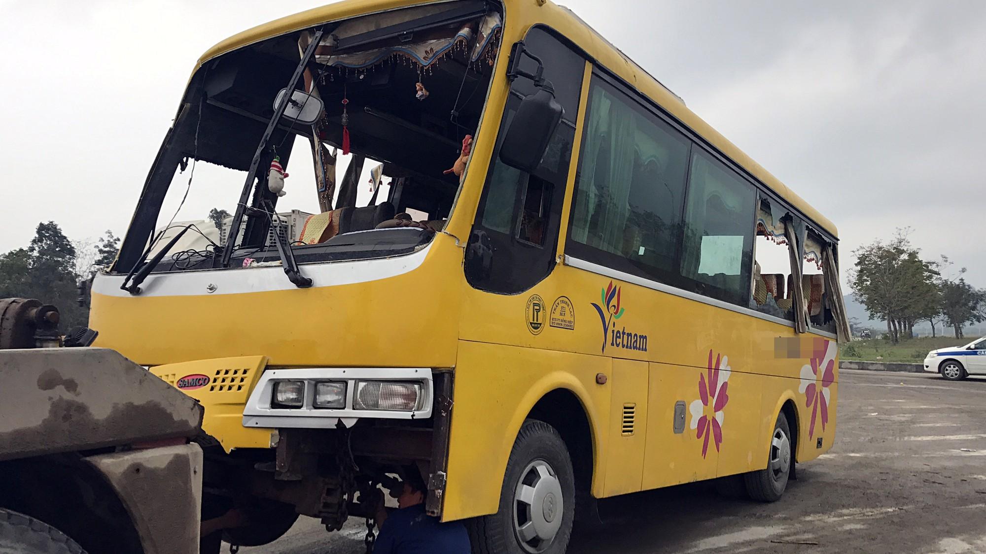Chùm ảnh: Hiện trường vụ lật xe kinh hoàng ngày giáp Tết khiến 2 người chết, 11 người bị thương ở Đà Nẵng - Ảnh 4.