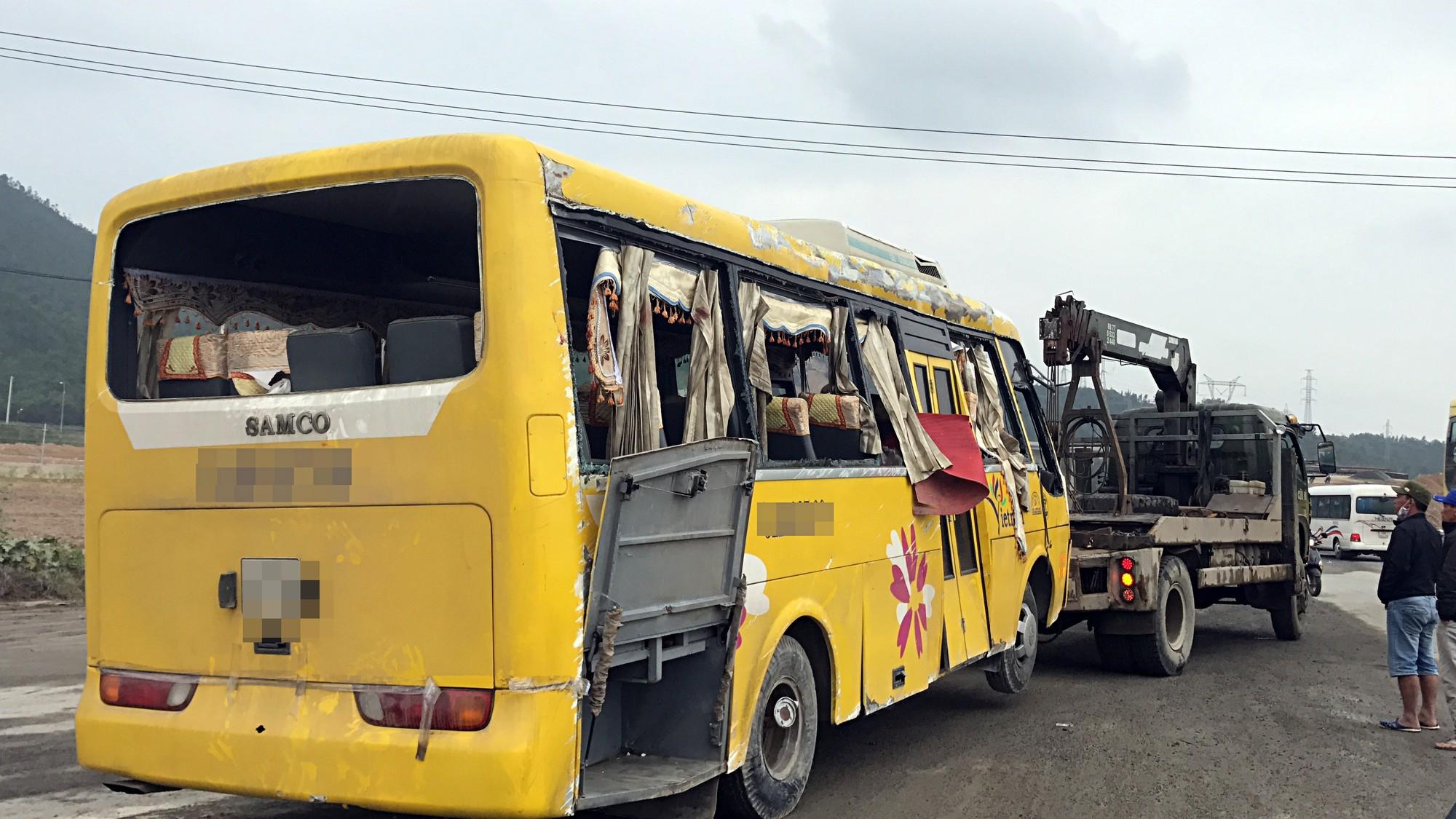 Chùm ảnh: Hiện trường vụ lật xe kinh hoàng ngày giáp Tết khiến 2 người chết, 11 người bị thương ở Đà Nẵng - Ảnh 5.