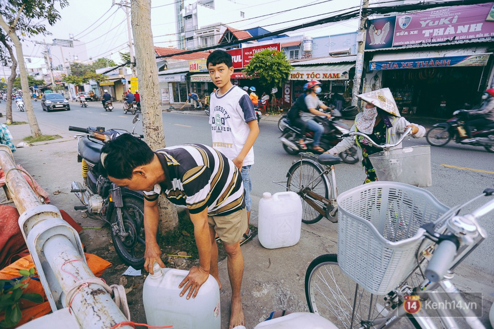 Tết bình dị của người dân xóm chài lênh đênh giữa Sài Gòn: Mâm cỗ đơn giản chỉ với mấy con cá khô - Ảnh 8.