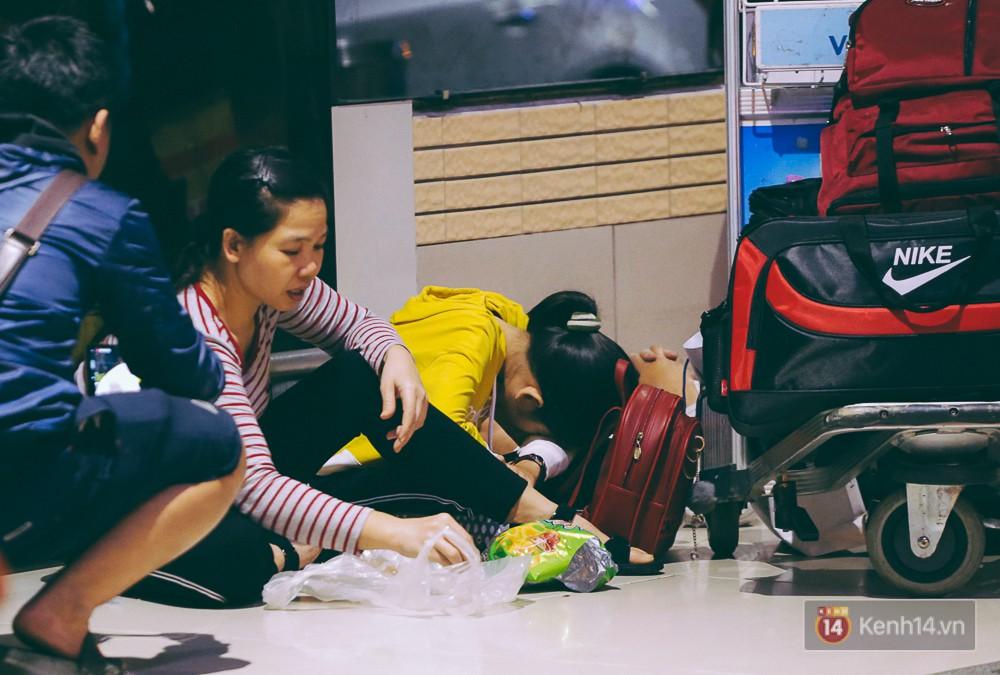Khổ như đi máy bay Tết: Hành khách nằm la liệt dưới sàn sân bay Tân Sơn Nhất suốt cả đêm để chờ đến giờ check in - Ảnh 16.