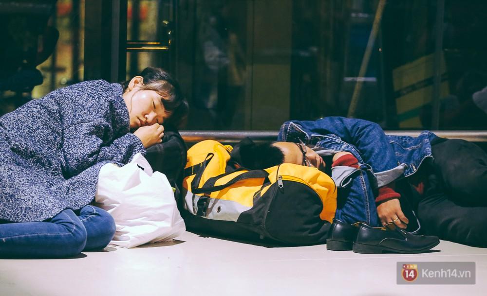 Khổ như đi máy bay Tết: Hành khách nằm la liệt dưới sàn sân bay Tân Sơn Nhất suốt cả đêm để chờ đến giờ check in - Ảnh 9.
