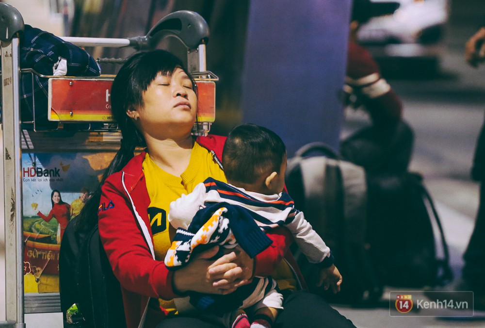 Khổ như đi máy bay Tết: Hành khách nằm la liệt dưới sàn sân bay Tân Sơn Nhất suốt cả đêm để chờ đến giờ check in - Ảnh 14.