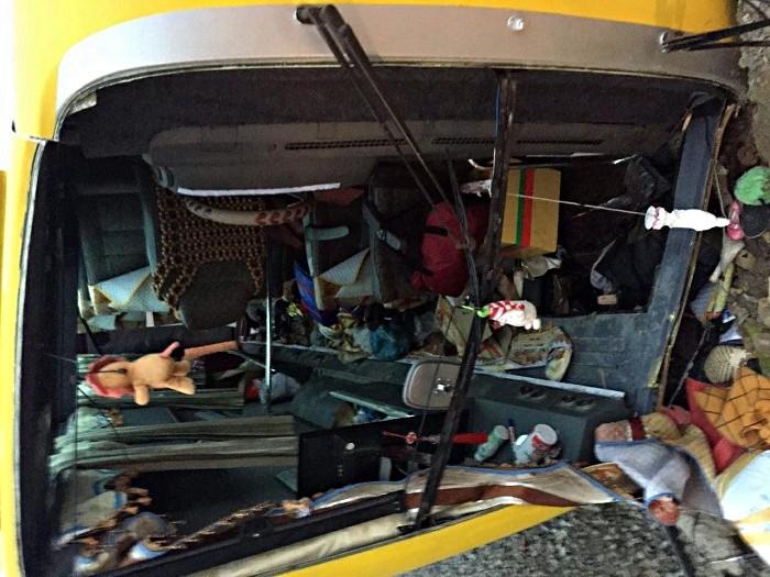 Chùm ảnh: Hiện trường vụ lật xe kinh hoàng ngày giáp Tết khiến 2 người chết, 11 người bị thương ở Đà Nẵng - Ảnh 2.