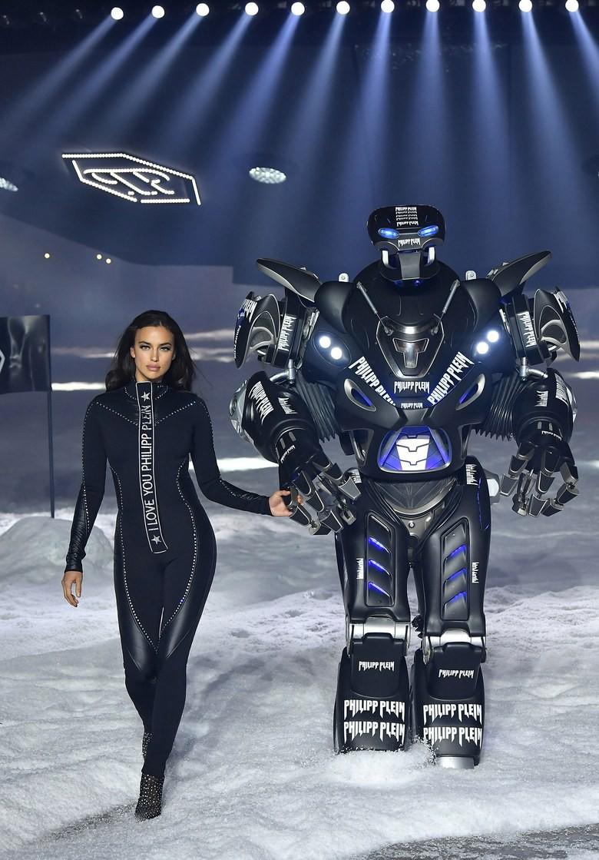 Oách nhất New York Fashion Week: Bồ cũ CR7 dắt tay robot cùng catwalk tại show Philipp Plein - Ảnh 2.