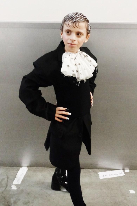 Có bao nhiêu cô nàng sẽ giơ tay tự tin mình catwalk dẻo hơn bé mẫu nhí 10 tuổi này? - Ảnh 3.