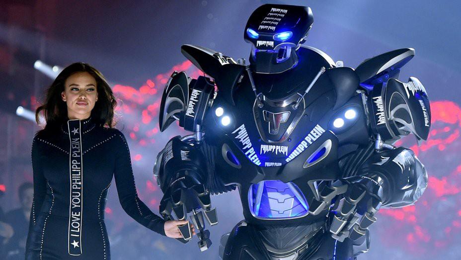 Oách nhất New York Fashion Week: Bồ cũ CR7 dắt tay robot cùng catwalk tại show Philipp Plein - Ảnh 3.