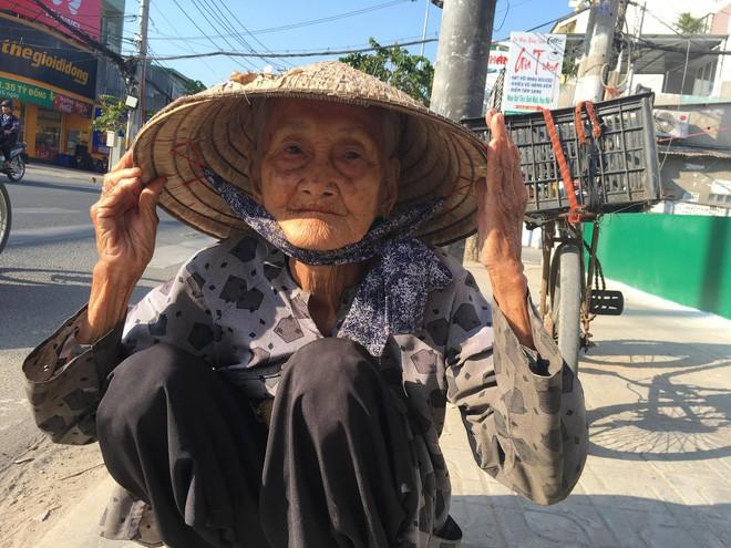 Cụ bà không biết đến Tết là gì vì vẫn bận để đi nhặt ve chai.