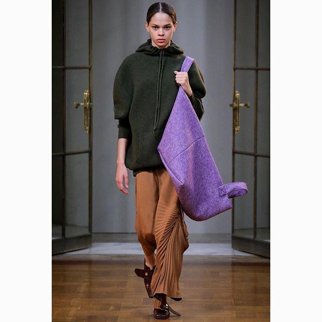 Không quần jeans áo phông, Victoria Bekham diện hẳn áo khoác hơn trăm triệu trong buổi ra mắt BST mới - Ảnh 6.