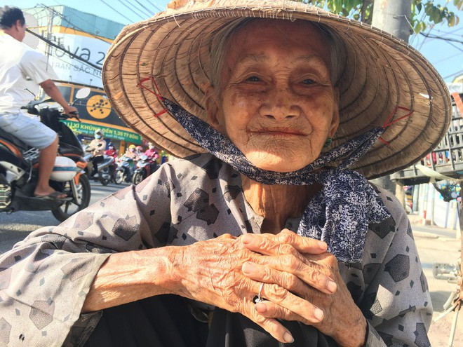 Nụ cười móm mém hiền hậu của cụ bà ở cái tuổi gần đất xa trời.