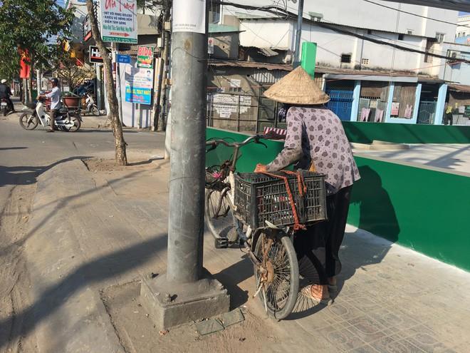 27 Tết, cụ Hoàng vẫn tất bật để đi nhặt ve chai kiếm tiền mua gạo.