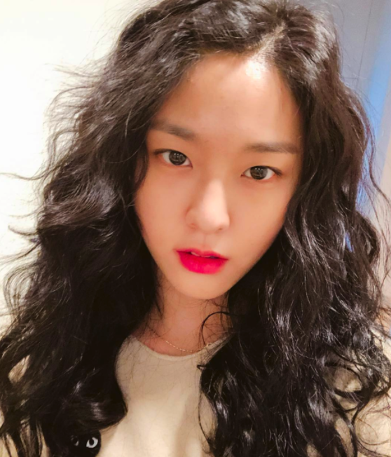Seolhyun đổi tóc xù mì giống Sulli, nhưng liệu có xinh bằng Sulli không thì còn phải bàn - Ảnh 1.