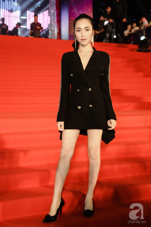 Cùng diện chung mẫu vest cá tính: trong khi Kỳ Duyên kín như bưng, Hòa Minzy lại khoe chân thon dài - Ảnh 1.