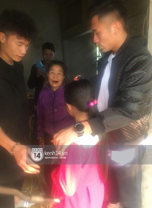Vừa về đến nhà, hai anh em Tiến Dũng - Tiến Dụng đã đi tặng quà từ thiện cho gia đình khó khăn trong làng - Ảnh 3.